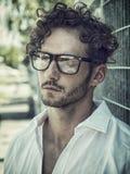 Ένα όμορφο άτομο στην πόλη που θέτει τη φθορά των γυαλιών στοκ φωτογραφία με δικαίωμα ελεύθερης χρήσης