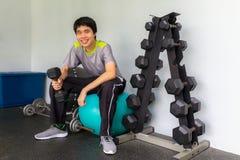 Ένα όμορφο αθλητικό άτομο δύναμης bodybuilder που κάνει τις ασκήσεις με το δ στοκ εικόνα με δικαίωμα ελεύθερης χρήσης