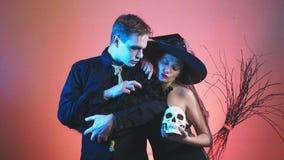 Ένα όμορφο ζεύγος, ένας άνδρας και μια γυναίκα στη μάγισσα και zombie τα κοστούμια για αποκριές, 4k, σε αργή κίνηση πυροβολισμός, απόθεμα βίντεο