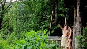 Ένα όμορφο ζεύγος το καλοκαίρι που στηρίζεται στο υπαίθριο στον ήλιο φως, που απολαμβάνει τη φύση Το ταξίδι, χαλαρώνει, οικογένει απόθεμα βίντεο