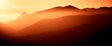Ένα όμορφο, ζωηρόχρωμο, αφηρημένο τοπίο βουνών σε μια κόκκινη τονικότητα Στοκ φωτογραφία με δικαίωμα ελεύθερης χρήσης