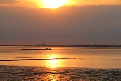 Ένα όμορφο ηλιοβασίλεμα πέρα από το νερό το καλοκαίρι στοκ φωτογραφία με δικαίωμα ελεύθερης χρήσης