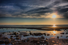 Ένα όμορφο ηλιοβασίλεμα πέρα από έναν ήρεμο ήρεμο ωκεανό στοκ εικόνες