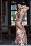 Ένα όμορφο ισπανικό πρότυπο Brunette θέτει με ένα Boa φίδι σφιγκτήρων γύρω από το σώμα της στοκ φωτογραφίες