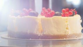 Ένα όμορφο κέικ με τη σταφίδα στην κορυφή απόθεμα βίντεο