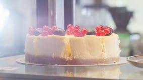 Ένα όμορφο κέικ στη στάση με τη σταφίδα στην κορυφή απόθεμα βίντεο