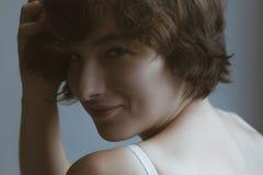 Ένα όμορφο και αισθησιακό κορίτσι με τη σγουρή τρίχα ξύπνησε Στοκ Εικόνα