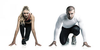 Ένα όμορφο κορίτσι και ένα ελκυστικό άτομο στο τρέξιμο του φορέματος περιμένουν την έναρξη Στοκ φωτογραφία με δικαίωμα ελεύθερης χρήσης