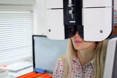 Ένα όμορφο κορίτσι μάτια εξετάζει στην κλινική στοκ εικόνες