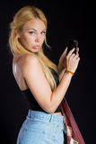 Ένα όμορφο κορίτσι με ένα smartphone Στοκ Εικόνες