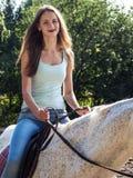 Ένα όμορφο κορίτσι οδηγά ένα όμορφο άσπρο άλογο Στοκ εικόνα με δικαίωμα ελεύθερης χρήσης