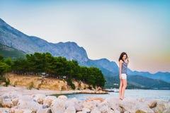 Ένα όμορφο κορίτσι στην ακτή Στοκ εικόνα με δικαίωμα ελεύθερης χρήσης