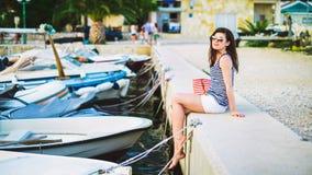 Ένα όμορφο κορίτσι στην αποβάθρα Στοκ φωτογραφίες με δικαίωμα ελεύθερης χρήσης