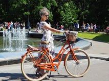 Ένα όμορφο κορίτσι στις κυρίες παρελάσεων ` στα ποδήλατα Στοκ Εικόνες