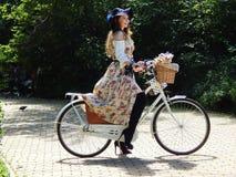 Ένα όμορφο κορίτσι στις κυρίες παρελάσεων ` στα ποδήλατα Στοκ Εικόνα