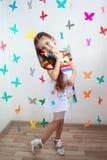 Ένα όμορφο μικρό κορίτσι στο φωτεινό φόρεμα Στοκ Εικόνες
