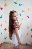 Ένα όμορφο μικρό κορίτσι στο φωτεινό φόρεμα Στοκ εικόνα με δικαίωμα ελεύθερης χρήσης