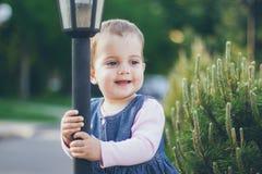 Ένα όμορφο μικρό κορίτσι στο φόρεμα τζιν στοκ εικόνες