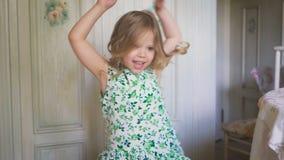 Ένα όμορφο μικρό κορίτσι χορεύει και γυρίζει γύρω απόθεμα βίντεο