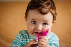 Ένα όμορφο μικρό μωρό με τα μπλε μάτια στοκ φωτογραφίες με δικαίωμα ελεύθερης χρήσης