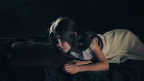 Ένα όμορφο νέο κορίτσι ξυπνά Σκοτεινή ανασκόπηση κοινωνικό πρόγραμμα τρίχωμα μακρύ Κινηματογράφηση σε πρώτο πλάνο Άσπρο φόρεμα τα απόθεμα βίντεο
