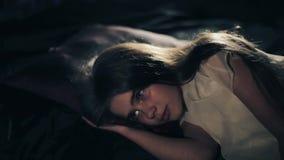 Ένα όμορφο νέο κορίτσι ξυπνά Σκοτεινή ανασκόπηση κοινωνικό πρόγραμμα τρίχωμα μακρύ απόθεμα βίντεο