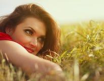 Ένα όμορφο νέο κορίτσι στη φύση στοκ εικόνες με δικαίωμα ελεύθερης χρήσης