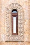 Ένα όμορφο παλαιό παράθυρο με ένα στενό επιμηκυμένο πλαίσιο και μια ελληνική διακόσμηση Στοκ Εικόνα