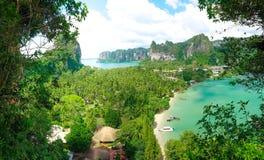 Ένα όμορφο πανόραμα ενός ζωηρόχρωμου κόλπου με τα βουνά και τις βάρκες σε Krabi, Ταϊλάνδη στοκ εικόνες