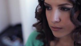 Ένα όμορφο πρότυπο κάθεται ενώ η τρίχα της γίνεται απόθεμα βίντεο