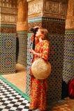 Ένα όμορφο ρωσικό κορίτσι σε ένα φωτεινό μακρύ φόρεμα στο παλάτι Fes παίρνει τις εικόνες στοκ εικόνα