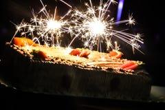 Ένα όμορφο σπινθήρισμα κέικ γενεθλίων Στοκ φωτογραφία με δικαίωμα ελεύθερης χρήσης