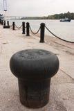 Ένα όμορφο στερεώνοντας σκάφος σωλήνων χυτοσιδήρου στην αποβάθρα στο λιμένα ποταμών Στοκ Εικόνες