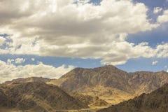 Ένα όμορφο συννεφιασμένος πέρα από τα βουνά εγκαταλείπει στοκ εικόνες με δικαίωμα ελεύθερης χρήσης