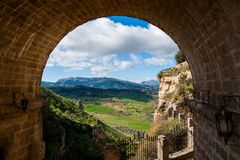 Ένα όμορφο τοπίο που βλέπει μέσω μιας αψίδας στη Ronda, Ισπανία στοκ εικόνες με δικαίωμα ελεύθερης χρήσης