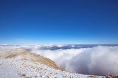 Ένα όμορφο τοπίο υψηλό στα βουνά με τα σύννεφα στο α Στοκ εικόνες με δικαίωμα ελεύθερης χρήσης