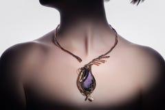 Ένα όμορφο χειροποίητο bijouterie στο λαιμό γυναικών ` s Στοκ Φωτογραφία