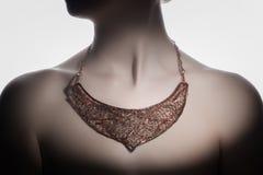 Ένα όμορφο χειροποίητο bijouterie στο λαιμό γυναικών ` s Στοκ Εικόνες