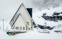 Ένα όμορφο χιονισμένο σπίτι κοντά στο πέρασμα Nathula, σύνορα της Ινδίας Κίνα, Sikkim, Ινδία Στοκ Εικόνα