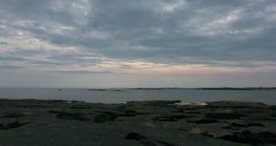 Ένα όμορφο timelapse που πυροβολείται ενός ωκεάνιου και ζωηρόχρωμου ουρανού τοπίων απότομων βράχων, στο ηλιοβασίλεμα φιλμ μικρού μήκους