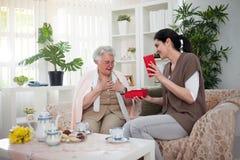 Ένα δώρο για το grandma στοκ φωτογραφία με δικαίωμα ελεύθερης χρήσης
