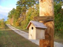 Ένα Birdhouse στην πλευρά χώρας στοκ φωτογραφίες με δικαίωμα ελεύθερης χρήσης