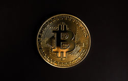 Ένα bitcoin στο μαύρο backround Στοκ εικόνες με δικαίωμα ελεύθερης χρήσης