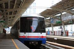 Ένα BTS Skytrain κάθεται σε έναν σταθμό κέντρων της πόλης στοκ εικόνα