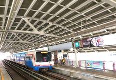 Ένα BTS Skytrain σε έναν σταθμό στη Μπανγκόκ, Ταϊλάνδη Στοκ Εικόνες