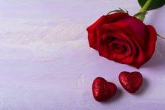 Ένα burgundy αυξήθηκε και το κόκκινο ακτινοβολεί καρδιές Στοκ Εικόνα