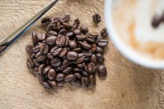 Ένα cappuccino με τα φρέσκα φασόλια καφέ Στοκ φωτογραφία με δικαίωμα ελεύθερης χρήσης