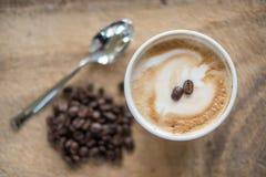 Ένα cappuccino με τα φρέσκα φασόλια καφέ Στοκ Φωτογραφία