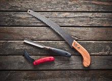 Ένα carpenter& x27 εργαλείο εργασίας του s σε έναν ξύλινο πίνακα Πριόνι, δεκάρες, μαχαίρι, τοπ άποψη στοκ εικόνες
