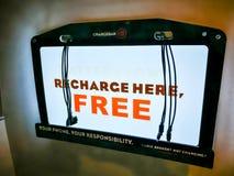 Ένα ` Chargebar ` είναι μια θέση όπου οι άνθρωποι μπορούν να επαναφορτίσουν το κινητή τηλέφωνο ή την ταμπλέτα τους δωρεάν Στοκ Εικόνα